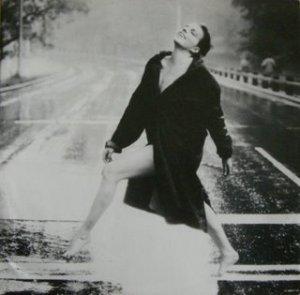mujer bajo la lluvia 1